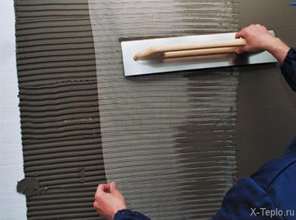 Армирующая сетка вдавливается в клей