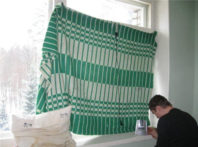 Завешиваем окно одеялом