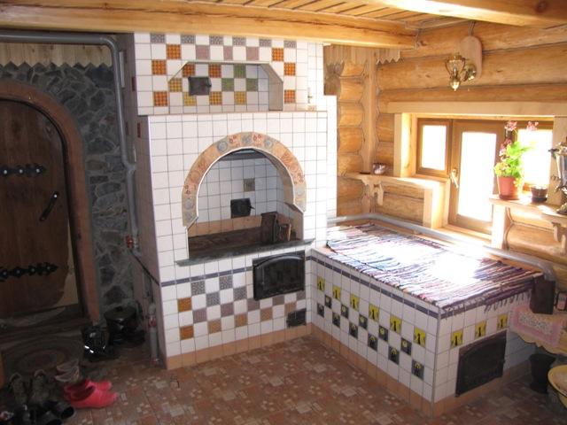 Русская печь с лежанкой в деревенском доме