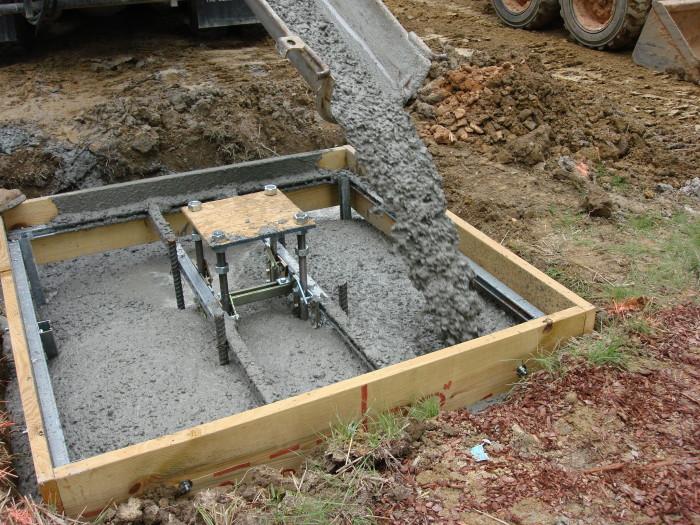 Zalivka-betonnogo-fyndamenta-s-armiryushimi-izdeliyami.jpg